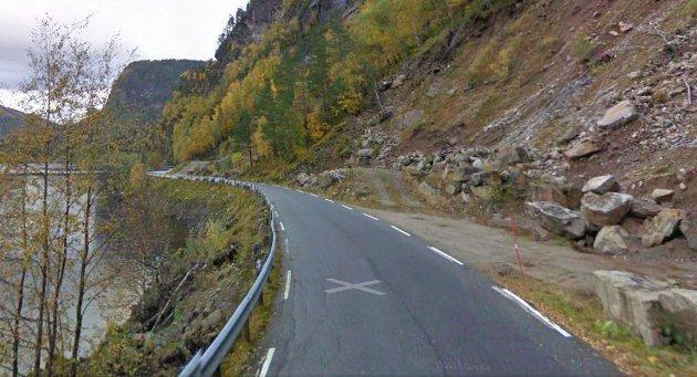 Forfallet på vegane på gjerast noko med skriv Magnar Hellebust. På bildet fylkesveg 610 ved Matbjøra.