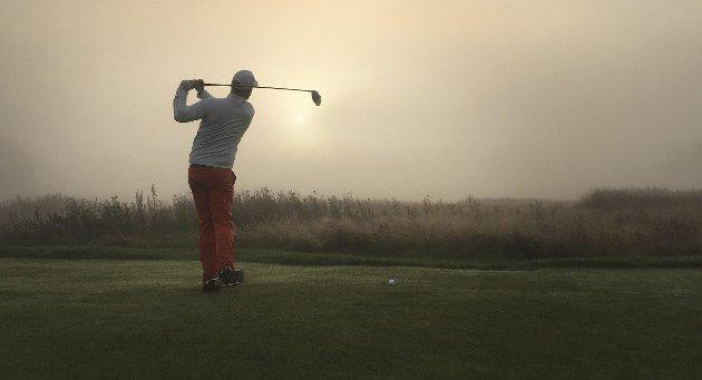 En kald og tåkete oktobermorgen: Bildet er tatt i oktober i fjor på hull fem på Gamle Fredrikstad golfklubb, klokken 08.35. Tåken slipper, sola bryter straks skyene – og golflivet leker. På bildet: Stian Eriksen.foto: erik a. pedersen