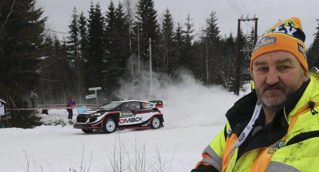 STORT: – Motorsporten har alltid ligget hjertet mitt nær.   Å få oppleve Rally-VM på hjemmebane er stort, sier Torbjørn Kroken, her på post i Nysætra på Hof Finnskog.alle foto:sverre viggen