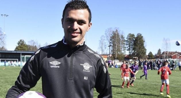 Bildetekst: INTEGRERINGSKONTAKT: Det var idretten som gjorde at Ali Ad-Saar fikk følelsen av å være norsk. Som integreringskontakt i Elverum Fotball vil han gjøre alt han kan for at barn og unge fra andre kulturer skal få oppleve fotballen som døråpner for inkludering. FOTO: HALVARD BERGET   Bildetekst