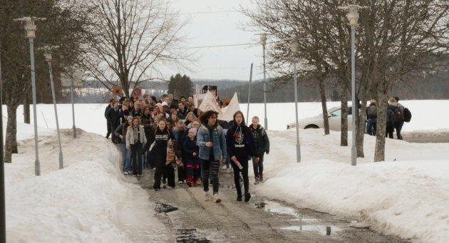 DEMONSTRASJONSTOG: En delegasjon fra Røyken videregående skole ankommer Røyken Rådhus