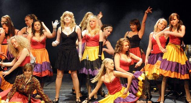 Tidligere elever: Her danser kullet fra daværende musikk, dans og drama fra 2008 cancan i Fredrikshalds Teater under festivalen Bom Kræsj Bang.  Arkivfoto