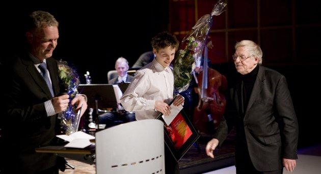 TALENT: Eirik Haug Stømner mottok HAs sang- og musikkpris i 2010 fra HA-redaktør Hans-Petter Kjøge. I juryen satt Asbjørn Nilsen, som i en årrekke utviklet talenter innen klassisk musikk. Arkivfoto:  HA