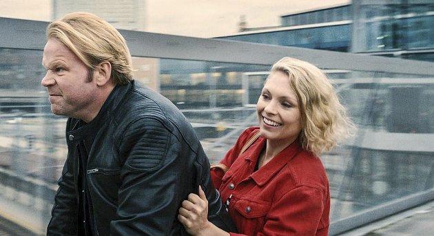 STRÅLENDE: MyAnna Buring og Anders Baasmo Christiansen bærer alle de 10 episodene av «En natt» på en strålende måte, skriver Hans-Petter Kjøge. Foto: VIAFILM/NRK