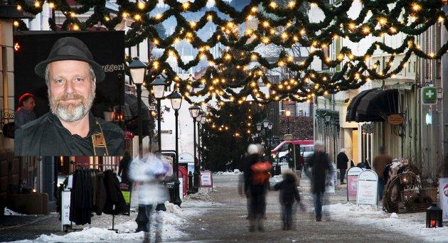 IKKE STRESS: Frank Skovrand oppfordrer til å ta det rolig i adventstida. – Vi har vel slutta med å stresse? Det fører jo ikke noe godt med seg, skriver han. Arkivbildet viser en julepyntet gågate.