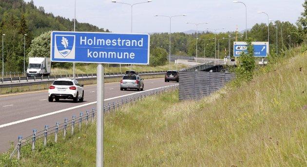 Holmestrand: Nytt kommuneskilt med nytt kommunevåpen på vei inn til den nye kommunen, som heter Holmestrand.  Foto: Pål Nordby