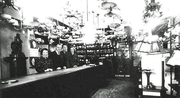 Her ser vi elektrisitetsverkets ansatte i forretningen på Lilletorget i 1919. (Foto: Sarpsborg kommunes fotosamling)