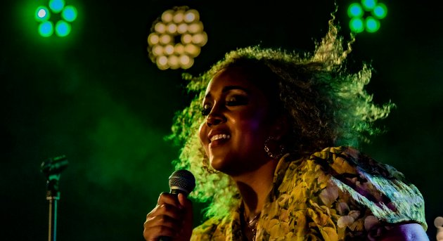 Anna-Lisa Kumoji imponerte med sin konsert på Kulturbrakka i Ås. Til høsten får vi se henne i Stjernekamp på NRK.