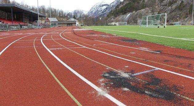 NEDTUR: Ein tur på Odda stadion no i påska var bokstaveleg talt ein nedtur for ein eldre friidrettsentusiast, skriv Birger Tomasgard.