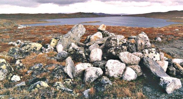 BISKOPSVARDEN: Biskopsvarden er en av flere varder på den eldgamle ferdselsveien mellom Eidfjord og Hol. Alderen på varden er uavklart, men trolig kan vardene være oppsatt på offentlig oppdrag en eller annen gang mellom år 1100 og år 1600. Varden ble funnet i 1985 av Per Bremnes og Øivin Bakke.