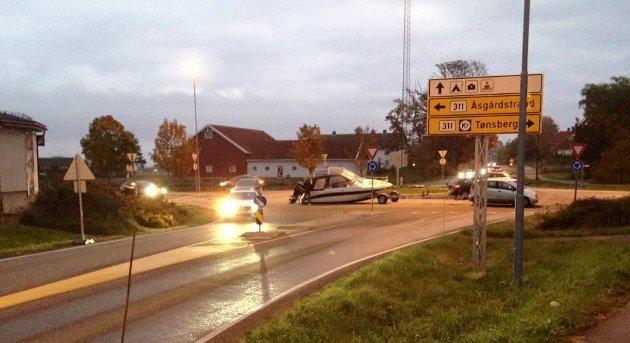 AU DA: En bilfører var uheldig i rundkjøringen ved Gauterød i 2015. Båten falt delvis av hengeren og hang etter i flere meter.