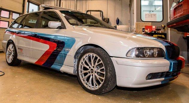 Elever fra Ås videregående skole, andre året på teknisk og industriell produksjon, med fordypning bilskade, karosseri og lakkering, har pusset opp denne BMW-en som skal auksjoneres bort under TV-aksjonen 2017.