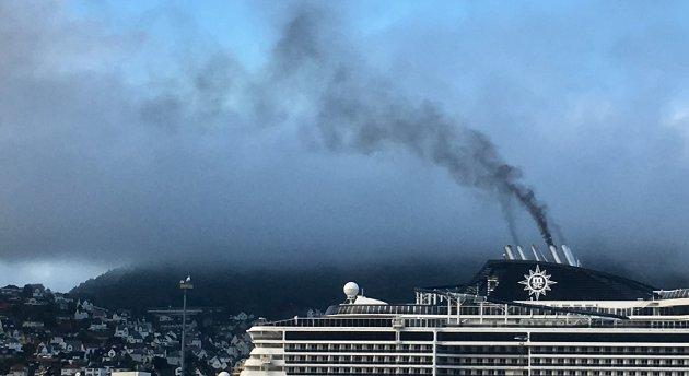 Her er røyken fra et  cruiseskip som ligger til kai i Bergen. Vil vi ha det slik i hele Nord-Norge ?