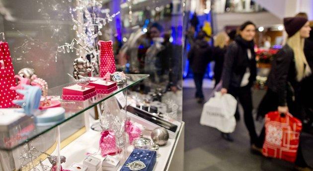 En undersøkelse viser at vi i gjennomsnitt vil bruk 10.780 kroner på julehandelen i år. Lag deg et gavebudsjett, er oppfordringen fra Marianne Frønsdal. FOTO: VIDAR LANGELAND
