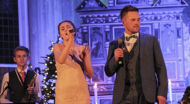 2017: Oddakonsertene kalla julekonserten 2017 for Trygg i fare. Synne Eitrheim Mæland og Joar Førde i duett. Foto: Synnøve Nyheim
