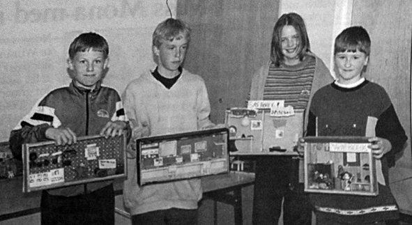 4.-6. klasse ved Buksnes skole holdt kunstutstilling med egne produerte arbeider.  Oppgaven var å innrede et rom eller beskrive et yrke. De lagde også kassene selv. Yngve Liasjø Arctander (12), Espen Molnes (11), Rosita Fossen (11) og Ruben Larsen (12) viste her fram sine kunstverk for de andre elevene. Men de var ikke helt sikre på om det var drømmeyrkene de beskrev i settekassene sine.