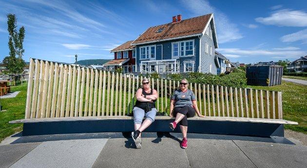 Stine Maria Olsen Solbakk og Hilde Moholt koste seg på benken nede ved Havmannplassen.