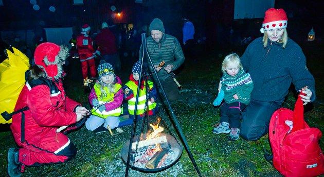 GRILLING: Nissevandringen på Revhaug startet med å grille pinnebrød eller pølser. De som her velger seg nysgrillet pinnebrød er fra venstre Sissel Vestervik Mordt med Signe (5), Louise (2), Geir Haakon Mordt, og til høyre Cecilie Indrebø med Sonja (2).