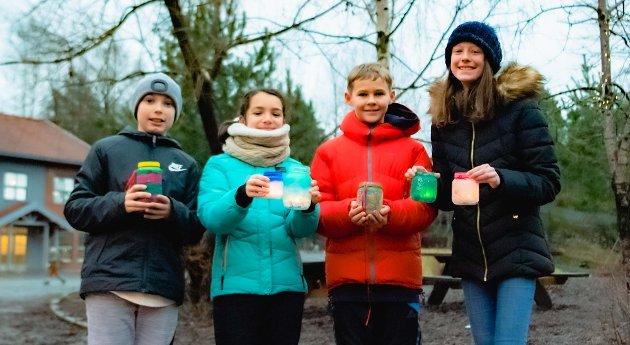 Her har elever fra sjettetrinn samlet sammen lyktene de hadde laget til markering av Lucia-dagen. Fra venstre; Fredrik (11), Mariasole (11), Lucas (12), og Linnea (11).