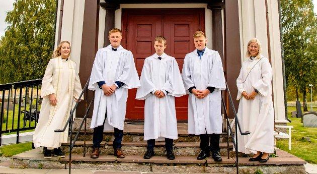 Konfirmanter i Kroer kirke. Fra venstre prest Ingrid Ulestad Øygard, Jakob Andresen, Eirik Eikemo, Sindre Osmundnes Kjos, og katet Jenny Marie Ågedal.