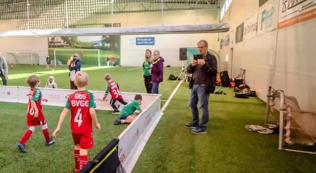 Bestefar Tore Hovland kjørte fra Sogn til Ås for å se barnebarnet Nikolai (7) spille fotballturnering på ett av lagene fra Nordby.. Her sikrer han seg varige minner og knipser bilder med mobilen.. Tur-retur blir turen på 1000 kilometer.
