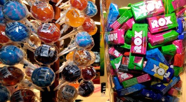 GODTERI: Matkjedene fristes til å reklamere for billig godteri, men vet at økt skatt kan være et ris bak speilet.