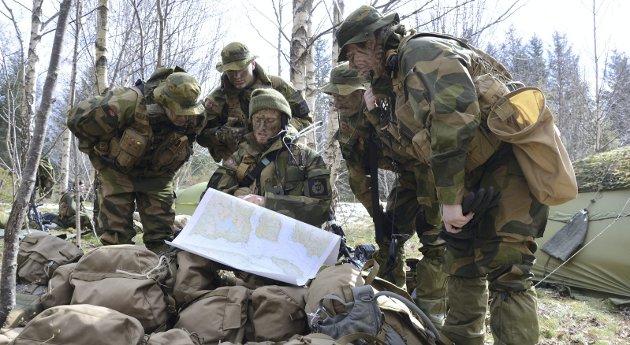 Kart og terreng: Forsvarets utvikling avhenger av langtidsplanen. Høyres Ingjerd Schou beklager opposisjonens valg.