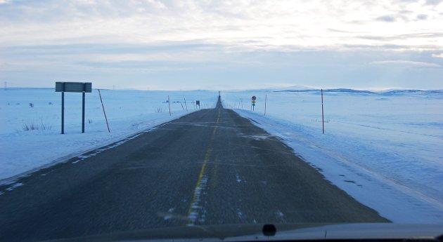 Vinteren 2019/2020 var fjellovergangen E6 Sennalandet – en fjellovergang som pasienter fra Kautokeino og Alta må forsere på vei til det som betegnes som lokalsykehuset i Hammerfest – kolonnekjørt 105 ganger (til sammen 20 dager) og stengt 64 ganger (til sammen 14 dager), påpeker Irene Ojala.