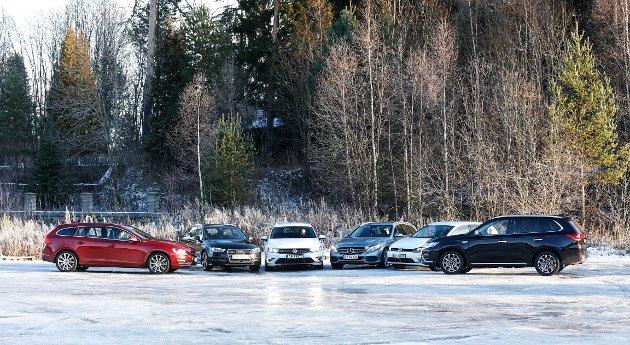 UTVALG OG HØYT SALG: Det siste året har tilbudet av hybridbiler tatt helt av i Norge. Til høyre her er bestselgeren Mitsubishi Outlander, til venstre for den nummer to på listen, Volkswagen Golf GTE.   FOTO: Lynau, Jan Petter /