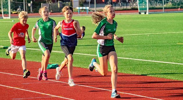 På 600 meter var det Alise Haugen Seiersten (12), Ås IL, som holdt farten oppe ved å dra 500 meter av løpet. Her ligger hun i tet ved passering 200 meter, foran Anders Halvorsen (12) fra Tyrving, lagvenninnen Malena Grønvold Widén (12), og klubbkamerat Odin Schei Danevad (10).