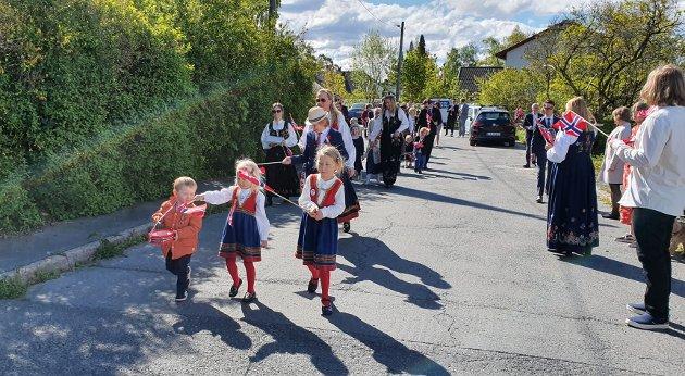 I Amund Hellands vei på Sæter gikk naboer sammen om å engasjere sitt eget 17. mai-tog, og oppmøtet var det ingenting å si på. Etter toget ble det is til alle og det ble også arrangert leker for barna.