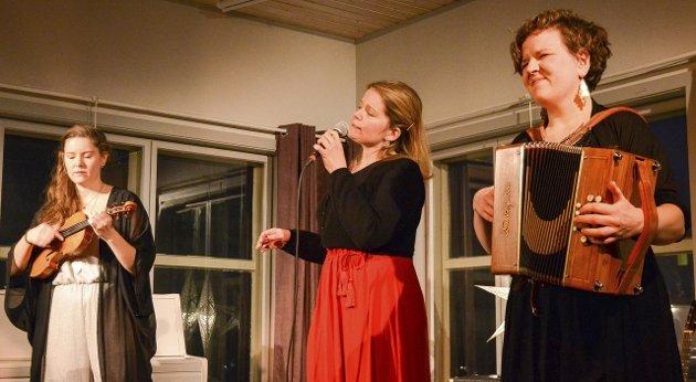 JULESTEMNING: Hanna Andersson, Ingebjørg Lognvik Reinholdt og Hilde Fjerdingøy sørget for et herlig musikalsk avbrekk i julestresset. Foto: Kristian Rødvand