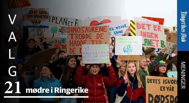 STREIK: – Ungdommer streiker over hele verden for klimaet. Her fra ungdomsstreik utenfor Stortinget i 2019, skriver mødre i Ringerike.