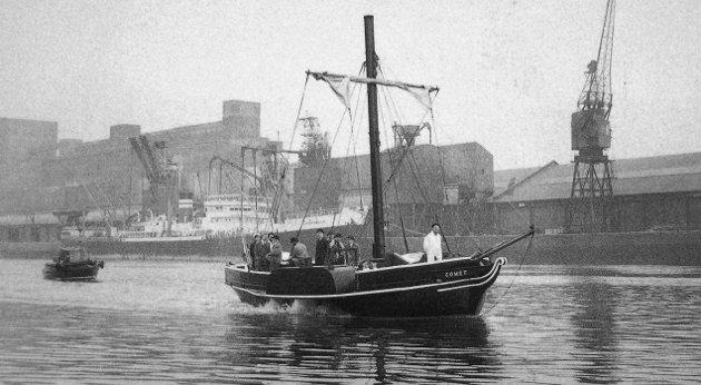Dette skal være dampskipet «Comet», som la til i Sandesund sommeren 1824. Samme år skal skipet ha seilet flere steder langs Norges kyst.