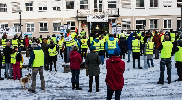 PROTEST: Mellom 150 og 200 personar deltok under demonstrasjonen mot vindkraft på Sandane laurdag.