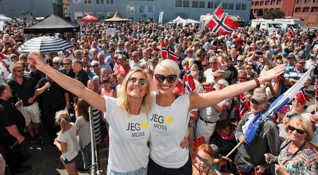 2015: Sommerbåten kom til Alphabrygga i Moss. Progrmalederne i NRK, Marte Stokstad (til venstre) og Anne Rimmen, fortalte om barndomsopplevelser i Moss.