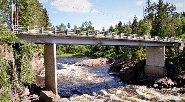 Brufossbrua og Lindsholmveien er en flaskehals for tømmertransporten.