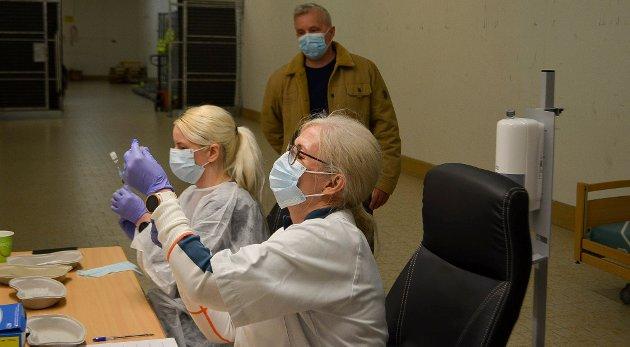 KØ: Helsesykepleierne Katrine Kjeverund Eggen (foran) og Helene Skybak trekker opp vaksinene. Det viser seg på telefonlinjene at folk er ivrige etter å få seg et stikk.