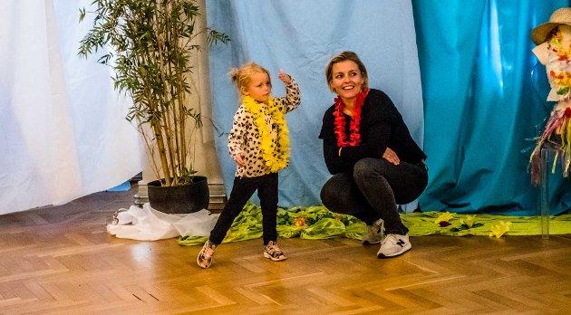 Laila Bellydance var en hit på Barnasverdensdag på lørdag. Frida (4) svingte seg i huladansen sammen med mor og mange andre.