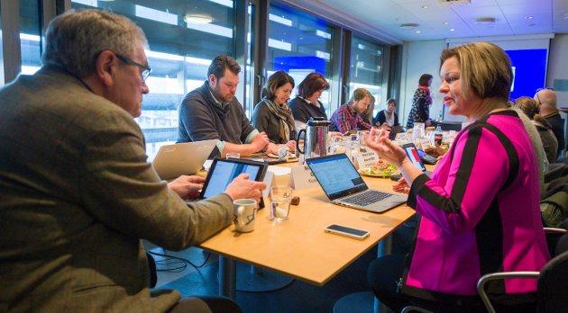 Kommunalsjef Nina Tangnæs Grønvold (til høyre) orienterte engstelige mottagere av Brukerstyrt Personlig Assistanse sammen med leder av helse- og velferdsutvalget, Arne Øren. Bilde fra utvalgsmøte.