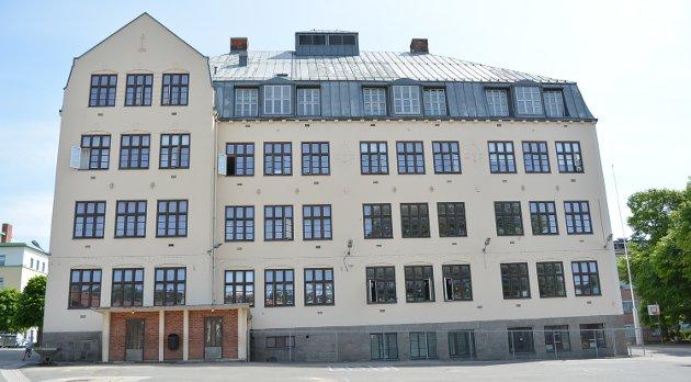 Os skole: Sverre Stang trekker Astrid Lindgrens «Pomperipossa» inn i debatten om Os skole. Om partiene Høyre og Arbeiderpartiet sier han også som Astrid Lindgren: «Dom lyssnar inte til folket».