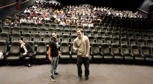 Diskusjon: Regissør Jon Haukeland og Hachim, en av de medvirkende som spiller seg selv, viste filmen Barneraneren i Sal 1 på SF Kino Ski. Publikum fra Ski videregående skole fikk se en god og realistisk film. Etterpå kom det spørsmål fra salen. BEGGE FOTO: STIG PERSSON
