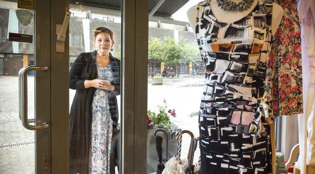 Butikkeier Helene Løbach Rebne i klesbutikken «Sophie» på Torvet.