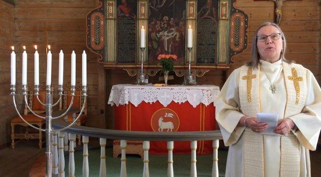 SOKNEPREST: Sokneprest i Hjelmeland, Sigrunn Hagen, snakkar i gudstenesta i Fister kyrkje.