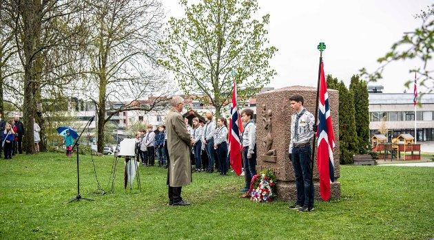 Bilder fra flaggheising og minnehøytydelighet ved minnesteinen, Åsgård.  Minnetale og bekransning var ved Truls Wetterhus, som i sin tale minnet om situasjonen i Europa før og under andre verdenskrig, og Europa og verden i dag.