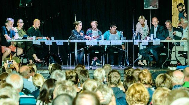 Torsdag var det allmøte i i Kroer. Skolens framtid skulle diskutreres. Her en stilstudie av de engasjerte politikerne som hadde møtt opp på møtet:  Ivar Ekanger (A), Ulrika Janson (MDG) Joachim Espe (Rødt), Marianne Røed (SP), Eskil Gausemel Berge (SV), Jorunn Nakken (V), ordfører Ola Nordal, Paul S. Johansen (KrF), Arne Hillestad (FrP). Kjetil Barfelt (FrP) er også med på noen av bildene.
