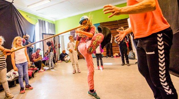 POPULÆRT: Barnas verdensdag gikk av stabelen på lørdag. Et av de mest populære innslagene var hallingkast. Vi har samlet bilder av barn som var i aksjon.