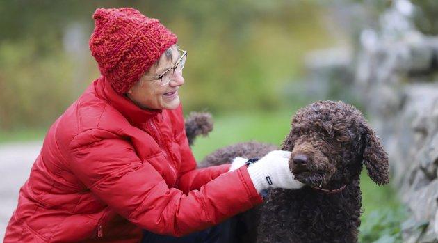 FØLGESVENNEN: Heidi Eng er svært glad i hunden sin, Fido. Hun går faste turer med ham ute på Søndre Sandøy hver eneste dag.