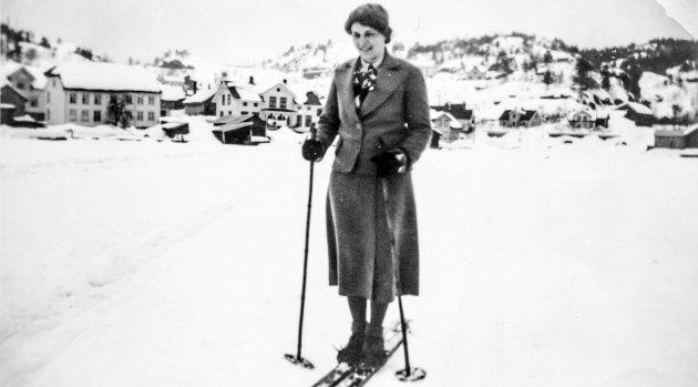 På ski utenfor Kil: Hilda Sveinungsen heter denne kvinnen som går på ski utenfor Kil i Sannidal. Hun var gift med bakeren i Kil, Thomas Sveinungsen. Hilda er født og oppvokst på Bostrak i Drangedal. Hilda gikk ikke bare lange turer på ski, hun var også en dyktig sjåfør og kjørte bil så tidlig som på 1930-tallet. Det var ikke så mange kvinnelige sjåfører på den tiden.