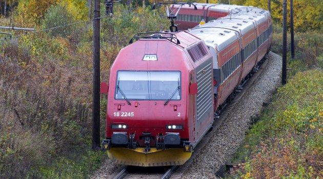 - Hole trenger ingen jernbaneforbindelse til Sandvika når det blir en ny vei fra Rørvik til Sandvika, skriver Ingeborg Bech og Eva Bekkelund-Eriksen.